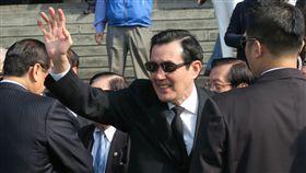 前總統馬英九率前行政團隊向國父孫中山先生銅像致敬。(記者盧素梅攝)