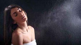 女孩,濕,水霧,洗澡,沐浴,一天一養生(圖/美聯社/達志影像)