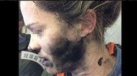 圖/翻攝自澳洲運輸安全局推特 機艙內耳機突爆炸 女子全臉燻黑灼傷