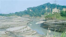 八掌溪第二高速公路上游,整片河床都是岩層、岩壁化石。(圖/翻攝自經濟部水利署第五河川局官網)