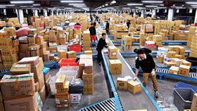 人力占物流業成本約6成,一例一休嚴控工作時數,導致倉庫堆滿貨卻沒司機送出去。(圖/程思迪攝影/商業周刊)(名家)