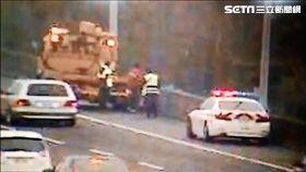 越南籍黎姓外勞因誤信導航騎車上國道,遭到國道警察攔截後護送至交流道下,再請外勞公司帶回安置(翻攝畫面)
