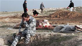 摩蘇爾,Mosul,亂葬崗,遺體,員警(圖/美聯社/達志影像)