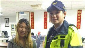 林女與男友前往石碇山區遊玩時,因兩人吵架而慘遭丟包,她只好找警方協助,帥警貼心接送返家(翻攝畫面)