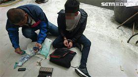 少年小隊小隊長李振雄壓制詐騙車手。