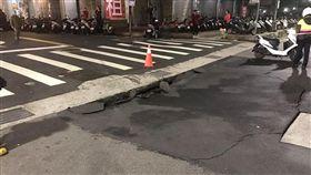 路面塌陷 翻攝新北消防發爾麵
