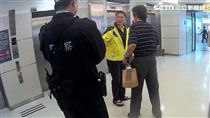 客委會主委李永得在台北轉運站超商購買運動飲料後遭盤查,事後他在臉書痛斥台北市已成警察國家,警方則堅稱是依法行使職權(翻攝畫面)