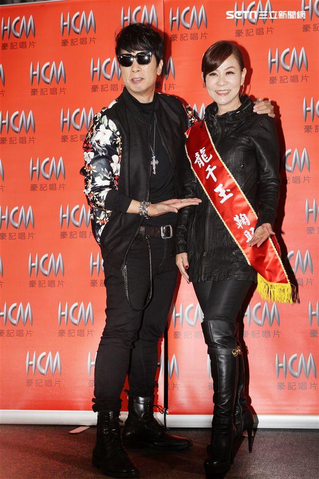 龍千玉推出最新專輯「你不孤單」,小叔曹西平送花與紅色佩帶。(記者邱榮吉/攝影)