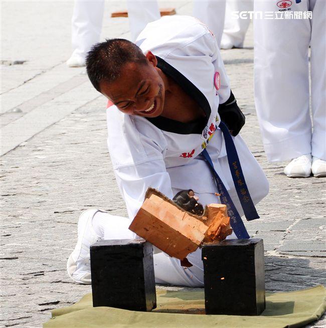 海軍陸戰隊莒拳隊,擊木板切磚塊功夫了得。(記者邱榮吉/攝影)
