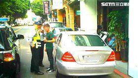 警方前往延平北路上的旅館門口埋伏,一舉逮捕滿姓車伕,以及「假觀光真賣淫」的金姓韓籍應召女子(翻攝畫面)
