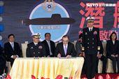 國防部長馮志寬簽署前艦國造設計啟動。(記者邱榮吉/左營拍攝)