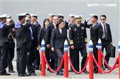總統蔡英文在左營水星碼頭親自主持海軍106年敦睦遠航訓練支隊啟航歡送暨潛艦國造設計啟動輯合作備忘簽署儀式。(記者邱榮吉/左營拍攝)