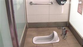 「葡萄公主」貼廁所 民眾尷尬:被看光光-蹲式馬桶-