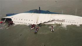 014年4月16日,韓國海岸警衛隊通過Yonhap通訊社發布的檔案照片,韓國救援艇和漁船在韓國南部海岸附近的金道附近的金道附近接近沉沒的韓國渡輪Sewol,南靠近金道漢城。(「世越號」(Sewol))/(圖/美聯社/達志影像)