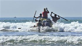 Rohingya的漁民照片發射了一個由空的塑料容器製成的木筏,從緬甸西部若開邦的Maungdaw Tha Pyay Taw村的大海中進入海域。小船、小艇/(圖/美聯社/達志影像)