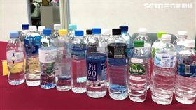 消基會抽驗市售瓶裝水置於高溫環境下是否產生塑化劑。(圖/記者馮珮汶攝)
