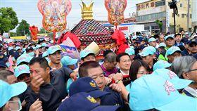 大甲媽祖展開遶境活動,媽祖鑾轎25日下午3時30分左 右才進入彰化市,比預計時間慢了約4個小時,但信眾 熱情不減,仍願意等待。 中央社記者吳哲豪彰化攝 106年3月25日