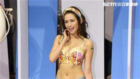 袁艾菲出席巴西泳裝秀擔任走秀嘉賓演繹夏日比基尼風情