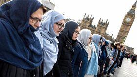 悼念英國倫敦恐攻罹難者,一群穆斯林婦女在西敏橋手牽手默哀/Women's March on London臉書