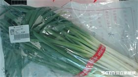 弘一蔬果行販售的「蔥」,被檢驗出殺蟲劑芬普尼0.020ppm,標準為0.001ppm以下。(圖/台北市政府衛生局提供)