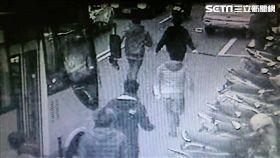 張男與人約在成泰路麥當勞談判,卻遭警方先一步驅離,張男等人不甘心返回現場,並錯認2名少年為仇家追砍成傷(翻攝畫面)