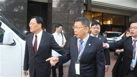 台北市長柯文哲出訪馬來西亞,拜會馬華公會副總會長 周美芬,圖為柯文哲(中)避開媒體,以「另有要公」 為由驅車拜會馬華公會。 中央社記者黃自強吉隆坡攝  106年3月27日
