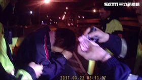 鄭男面對警方盤查時先謊報身分證字號,後又稱吸食器以洗乾淨,未料均遭警方識破後逮捕(翻攝畫面)