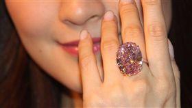 蘇富比4月4日將在香港拍賣一顆59.6克拉的粉紅鑽石,估價6000萬美元,預料將會打破粉紅鑽石的世界拍賣紀錄。中央社記者張謙香港攝  106年3月29日