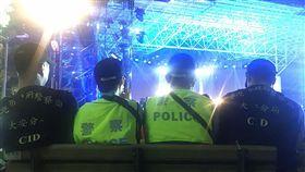 五月天開唱平安落幕 背後功臣是他們 搖滾天團五月天29日晚間免費在大安森林公園開唱,吸引超過3萬名樂迷湧入,但確保演唱會順利、平安進行的,除工作人員外,還有默默坐在舞台後,雙眼時不時緊盯場內狀況的警察們。 中央社記者游凱翔攝 106年3月29日