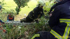 男遭高壓電電擊墜下/新北市消防局提供