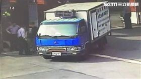 李男拉完K後欲開車進銓敘部送菜,遭到警方攔查並當場查獲K他命(翻攝畫面)
