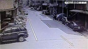平頭怪賊偷車運送乙炔鋼瓶卻發生自撞,隨即赤腳下車倉皇逃離現場(翻攝畫面)