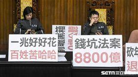國民黨黨團佔領議場主席台 圖/記者林敬旻攝