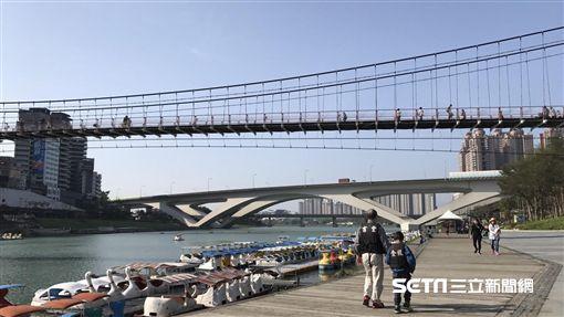 好天氣、晴朗、太陽、溫暖、放假、休閒、碧潭、吊橋(圖/記者周筠羚攝)