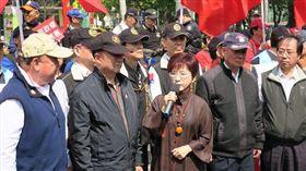 國民黨主席洪秀柱探視八百壯士。(國民黨提供)
