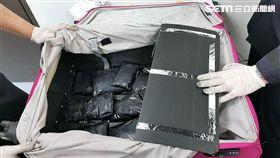 胡、陳兩名高中生分別夾帶11包安非他命出境闖關,遭到航警局X光機檢查識破後,雙雙被依毒品罪逮捕送辦(翻攝畫面)