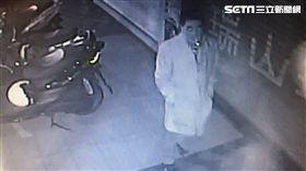 張男多次深夜前往西門町行竊,每次下手均會打傘遮掩身形,警方將他稱為「雨傘怪客」(翻攝畫面)