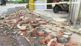 蘇力颱風侵台期間吹垮淡水違建,路過警察被磚頭砸死。新聞台資料照。