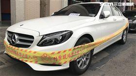 謝婦昨晚青年路的摩斯漢堡用餐,賓士車卻遭人開槍警告,警方深入追查後發現,疑與一筆土地糾紛有關(楊忠翰攝)