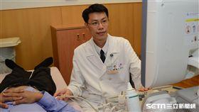 醫師王奕淳提醒,服用感冒糖漿或止痛藥,一定要遵從包裝上的指示,以免過量傷腎。(圖/台北慈濟醫院提供)