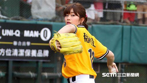 日本棒球女神稻村亞美去年為中信兄弟開球。(資料照/記者邱榮吉攝影)
