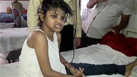 印度女童和猴子生活-圖/翻攝自每日郵報