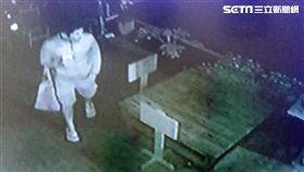尤男趁凌晨時分竊取鄰居門口的各式盆栽,被害人不甘一再遭竊,憤而報警處理,警員不到9小時便逮到人(翻攝畫面)