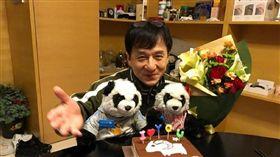 成龍63歲生日 圖翻攝自成龍微博 http://www.weibo.com/1234552257/EDkm0eVjg?from=page_1006051234552257_profile&wvr=6&mod=weibotime