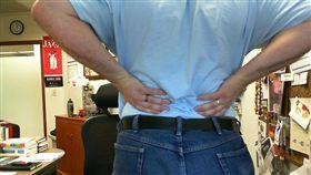 痠痛,腰痠,腰圍,腹部,上班族(圖非新聞當事人/攝影者Michael Sauers,flikr CC License/網址http://bit.ly/2fDmOlr)
