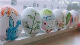 微風集團慈善基金會到醫院陪伴病童DIY彩蛋。(圖/微風提供)