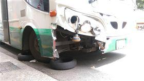 北市北投區石牌路公車煞車失靈,往前撞公車,14人傷送醫。翻攝
