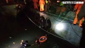 岸巡人員偕同淡水警方及新北消防局協力將男子就起。(圖/岸巡提供)