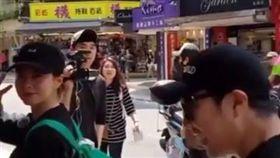 南韓節目《Running Man》被捕獲正在台灣拍攝!主持成員哈哈(河東勳)、宋智孝、梁世贊(樑世燦)背著顏色鮮豔的包包,在台北永康街出沒,身旁跟著節目PD與許多隨行攝影,宋智孝看到粉絲拍攝,還對鏡頭比YA,展現可愛親民的模樣,讓粉絲驚喜不已。-翻攝自JuHui Kang ( @jh716_kang ) IG