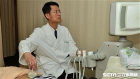 醫師許景盛提醒,降低肝硬化發生機率,C肝患者應定期檢測肝臟纖維化。(圖/台北慈濟醫院提供)